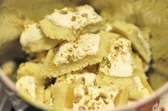 Som jag berättade igår så bakade jag kakor till tjejkvällen imorgon. Kakorna som jag bakade var dessa mördegskakor som har ALLT. Först är det mördegsbotten, sen är det underbar söt-syrlig lemon curd och ovanpå det maräng toppad med hackade pistagenötter. Det är som småbakelser i kakform. Detta recept kommer från Ernst Kirchsteiger. Mördeg 250 g […]