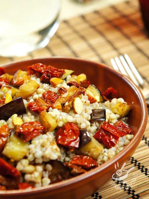 Il Grano saraceno con melanzane e pomodori secchi è un piatto salutare, abbastanza leggero e soprattutto ricco di nutrienti come potassio e magnesio!