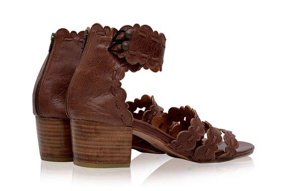 Deze lederen sandalen zijn op bestelling gemaakt van zacht leer van hoge kwaliteit. Deze moeiteloos chique badplaats sandalen zijn een perfecte combinatie van stijl en comfort. Prachtig gedetailleerd met geschulpte randen en leer naaien die ze iedereen zwijm zal maken. Komen in een van de beschikbare leder kleuren hieronder. Weergegeven in Vintage Brown. -Lederen voering en inlegzool -Licht gewatteerde voetbed hiel van de hand gesneden houten blok-5.5 cm (2 inch) -Enkelbandje met rug-rits...