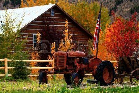 Rusty trattore si siede in autunno con la bandiera degli Stati Uniti di colore