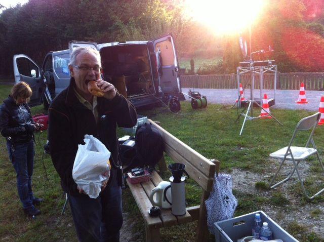 Petite pause pain au chocolat pour Dominique, notre éclairagiste ! L'équipe s'est levée très tôt jeudi pour mettre en place l'émission en direct de Longpré-les-Corps-Saints (80) !!