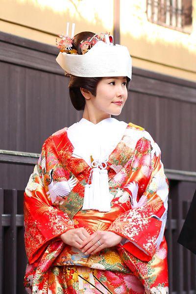 和装髪型&ヘアスタイル|京都ロケーション前撮り「花嫁和婚」 文金高島田という日本髪を結ったときに頭を覆うようにかぶるスタイル。白無垢・色打掛どちらにでも着用できますが、最近では色打掛に角隠しのスタイルが人気。