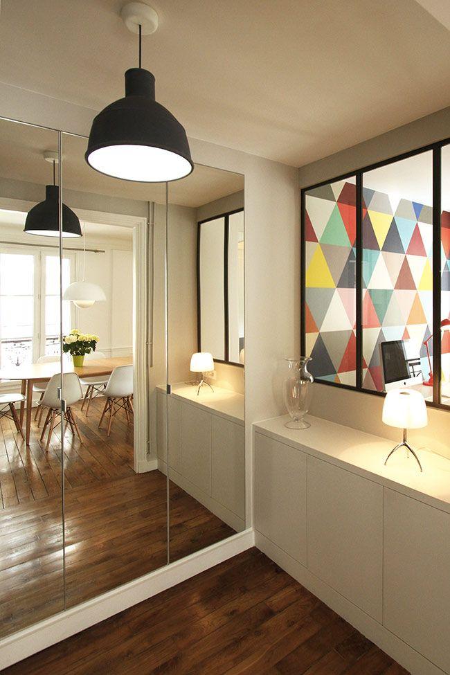 Une entrée lumineuse et tendance avec la verrière, un grand meuble bas pour toutes les chaussures et une triple penderie avec miroir pour agrandir l'espace