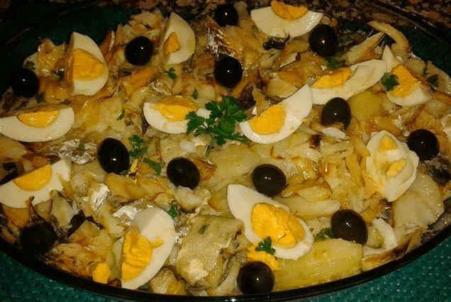 El Bacalhau à Gomes de Sá es un plato de la cocina portuguesa donde uno de los ingredientes principales es el bacalao cocinado al horno.