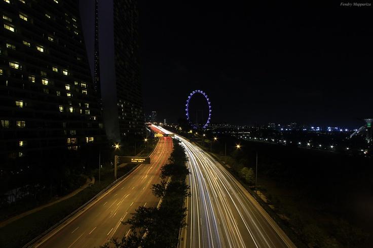 keindahan singapore di malam hari...  foto diambil dari jembatan yang menghubungkan antara marina bay sands dan garden by the bay