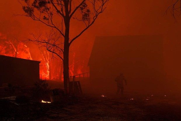 NSW RFS Crews struggle to save a home near Dargan on the Bells Line of Road, 17 October 2013. Photo: Wolter Peete / Canberra Times