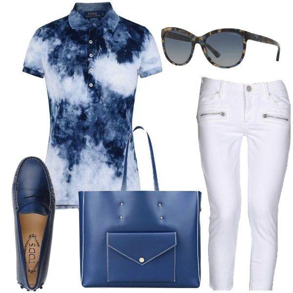 Outfit comodo, per un pomeriggio e una serata casual: polo in piqué di cotone, effetto délavé, jeans bianchi elasticizzati, lunghezza 7/8, mocassini di pelle blu scuro, borsa maxi in pelle blu scuro, occhiali da sole con lenti sfumate blu.