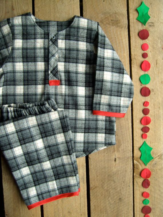 Molto Limited Edition Tartan, Plaid, verifica di pigiama di flanella in rosso e bianco grigio.  Il pigiama invernale perfetta.  Realizzato con la più morbida flanella di cotone 100%, spessore e accogliente ideale per linverno. Bianco con quadri grigio e un assetto di rosso brillante. Nichel free poppers aprire giù la parte anteriore e i pantaloni hanno un elastico in vita. Questi pigiami hanno gambe e maniche lunghe.  Dimensioni sono date in centimetri (di altezza del bambino) e letà…