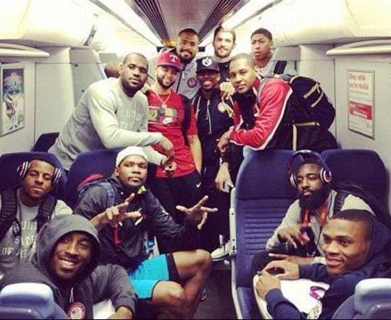 Niente limousine, ma mezzi pubblici per gli atleti di Londra. La nazionale Usa di basket sulla metropolitana londinese. Ci sono anche Kobe Bryant (in basso a sinistra) e LeBron James (a sinistra con la maglia grigia)