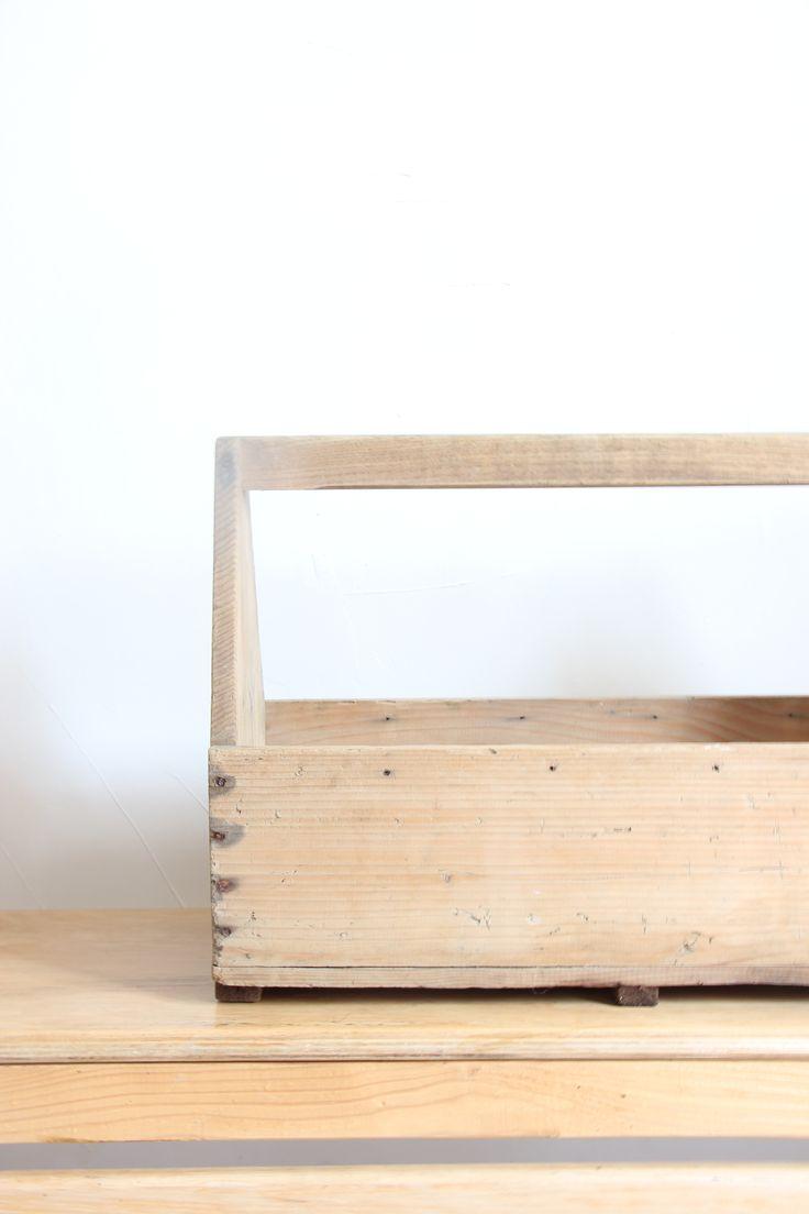 Grande et ancienne caisse d'atelier en bois.dans sa patine d'origine, juste lavée et nettoyée.Peut être détourné en multiple usage quotidien: pour ranger vos bocaux d'herbe séchés,ranger vos linges de cuisine, de support de plantes d'intérieur,ou de caisse à pinceaux pour vos bricolage...Dimension: 56 cm x 38.50 cm x 23.50 cm