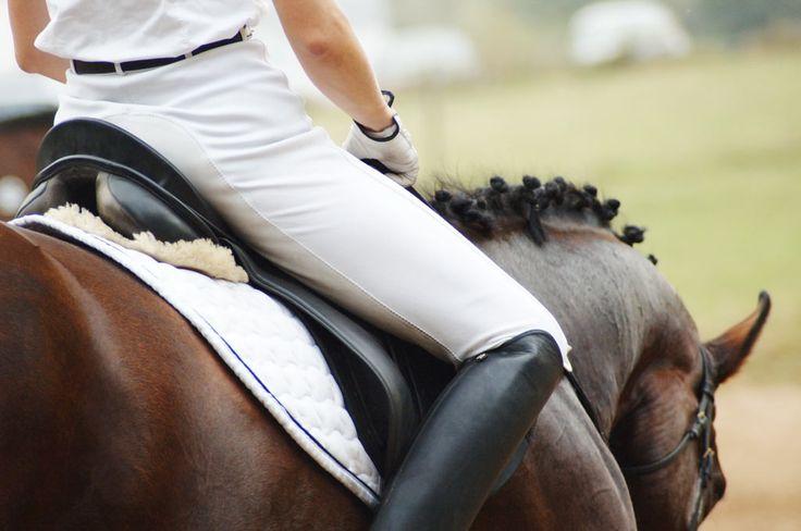 Hast du ebenfalls Probleme, ruhig im Sattel sitzen zu bleiben? Fällst du nach vorne über oder ziehst die Beine hoch? Mit diesen Tipps sind deine Sitzprobleme gelöst!