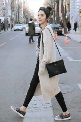 Today's Hot Pick :ニットロングカーディガン http://fashionstylep.com/P0000TVT/elevenam/out 肩からショールをかけたような柔らかなボリューム感がポイントのニットカーディガン♪ ロング丈でスッキリと見せてくれます。 丸みのあるフォルムと大きなポケットがほっこりとした可愛らしい印象を与えます。 チェックシャツやデニムシャツとも相性GOOD 軽いアウター感覚で季節の変わり目に重宝するアイテム。 身長によって着丈感が異なりますので下記の詳細サイズを参考にしてください。 ◆2色:ベージュ/ブラック
