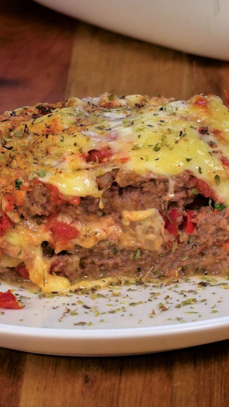 Receta con instrucciones en video: Con queso gratinado Ingredientes: 1 kg. de carne molida, 200 gr. de carne de cerdo molida, 1 cebolla picada, 3 dientes de ajo picados, 1 tubo salsa tomate triturado, 1 pimiento rojo picado, 1 cda. de salsa inglesa, 1 cdita. de perejil picado, 1 cda. de albahaca picada, 1/2 cdita. de oregano seco, 2 huevos de batidos, 3/4 taza de pan rallado, 400 gr. de mozzarella rallada, 1/2 taza de parmesano rallado, Oliva, sal y pimienta