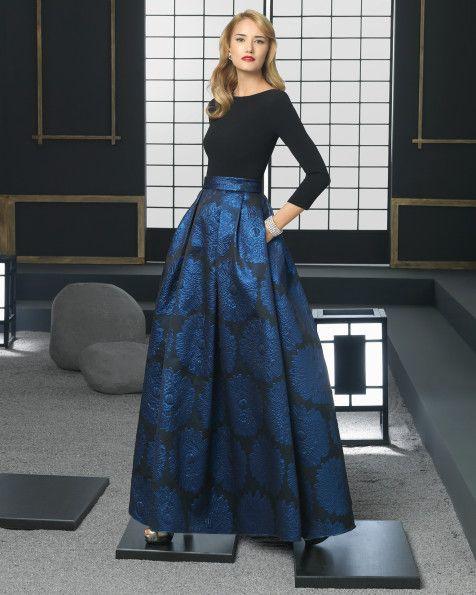 Vestido de brocado y crepe. Color negro/azul.