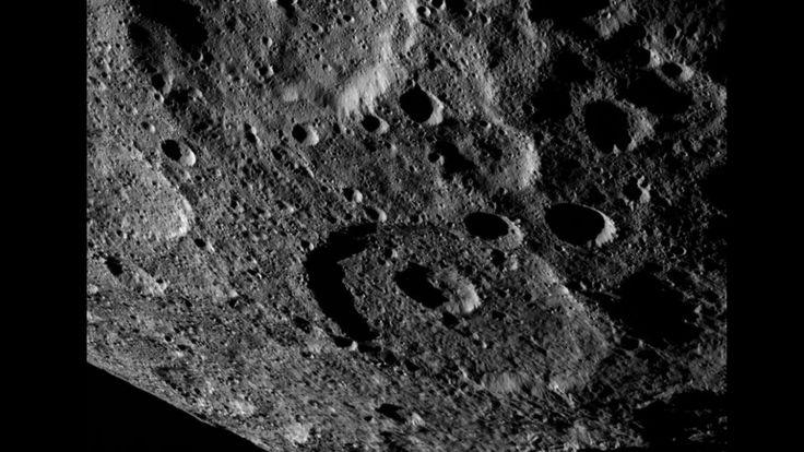 A sonda capturou essa imagem no dia 17 de outubro, mostrando uma região do hemisfério norte do planeta anão. (Imagem: NASA/JPL-Caltech/UCLA/MPS/DLR/IDA)