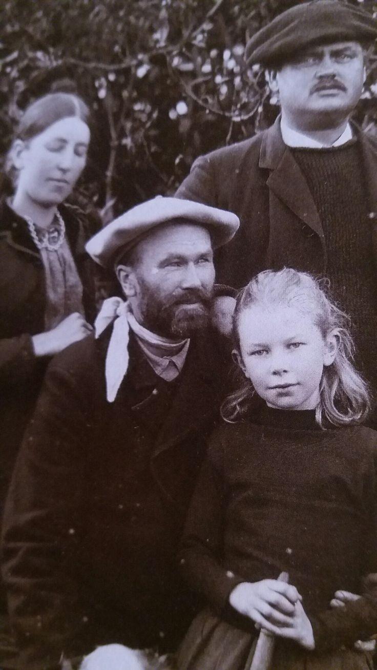I haven ved hotellet i Skagen. Fra venstre: Anna Ancher og Michael Ancher og Carl Locher og datteren Helga. Ca. 1892.