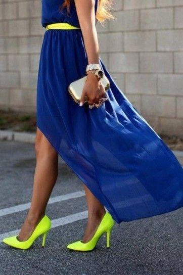 Abito lungo blu con scarpe col tacco giallo neon