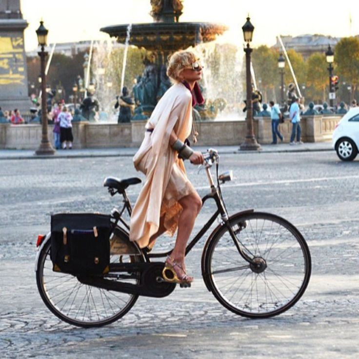Love a lady riding her bike but keeping her style:) Amazing.