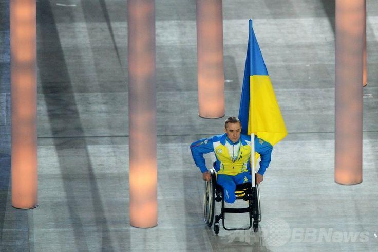フィシュト五輪スタジアム(Fisht Olympic Stadium)で行われたソチ冬季パラリンピック開会式で入場するウクライナの旗手(2014年3月7日撮影)。(c)AFP/KIRILL KUDRYAVTSEV ▼8Mar2014AFP|クリミア危機の中、プーチン露大統領がパラリンピックを開会 http://www.afpbb.com/articles/-/3009987 #Sochi2014 #Paralympic