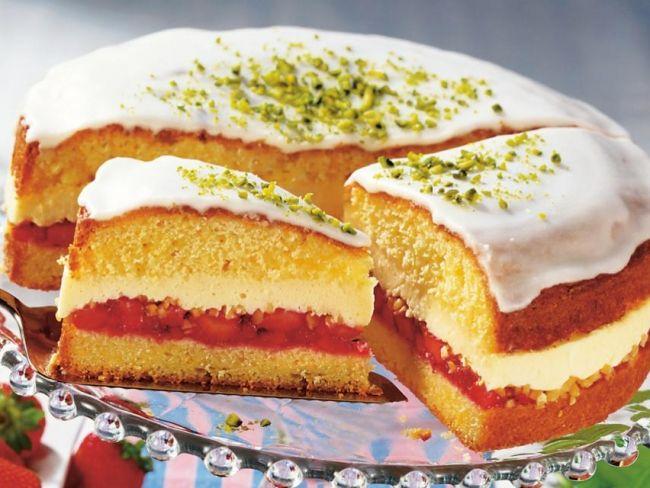 Ciasto udekoruj lukrem i posyp pokruszonymi pistacjami