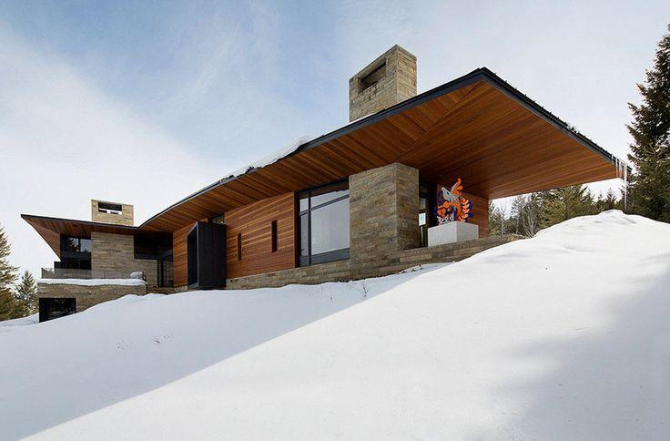 Резиденция Butte представлена проектным бюро Carney Logan Burke Architects в городе Джексон, штат Вайоминг, США. Она объединяет в себе жилое пространство и творческую студию, оформленные в современном стиле с использованием скульптур и картин в качестве декора. Просторные помещения просты и лакон...
