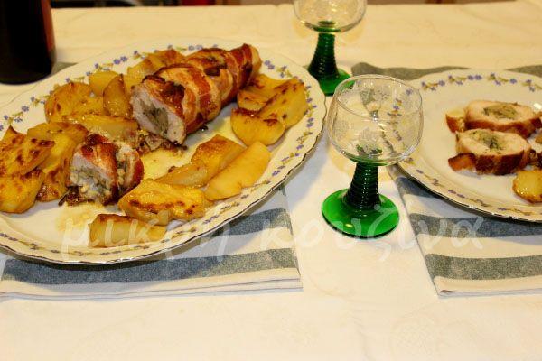 μικρή κουζίνα: Στήθος γαλοπούλας γεμιστό με μυρωδικά, τυλιγμένο σ...