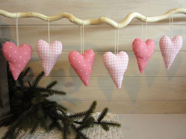 Dekoset bestehend aus 6 Herzen in verschiedenen Rosa-Tönen. Darunter 3 karierte, sowie 3 gepunktete Herzen. Jedes Herz hat ein Bändchen zum Aufhängen.  Eine zauberhafte Dekoration für das ganze...