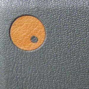 Zoom sur une mosaïque de couverture, réalisée à l'emporte-pièce. Cuir jaune & gris