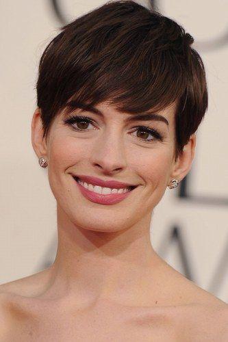Linda, Anne Hathaway super feminina de cabelinho curto -- depois de ter raspado a cabeça! Corre no taofeminino.com.br para ver