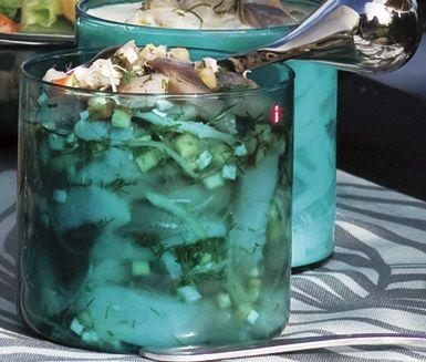 Gör din egna goda sillinläggning! Inlagd sill med äpple, dill och pepparrot är både festligt och njutbart. Äpple ger pigg smak och pepparroten är mycket tilltalande.