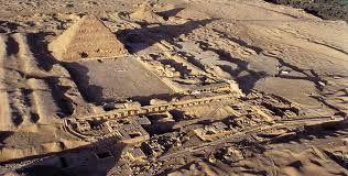 Necropoli di Saqqara, III millennio a.C. Antico Regno. Questa necropoli si trovava sulla sponda del Nilo opposta alla città Menfi. Fu la necropoli più importante fino a quando non fu costruita quella di Giza. In questa necropoli si trova l'unica  piramide a gradoni rimasta, ovvero quella di Djoser. Questa é protetta da un muro di pietra bianco. Il re era sepolto nella sala centrale della piramide, in una mastaba (cassapanca decorata).In qu