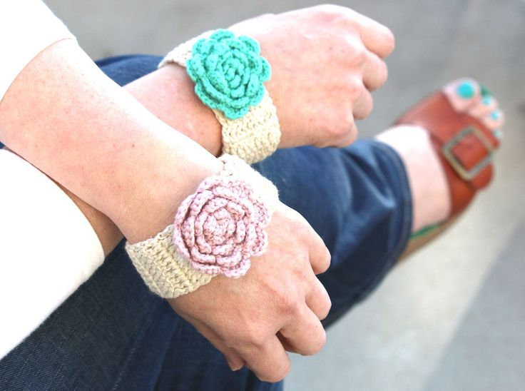 Crochet Flower Bracelet www.hipsterrow.com ༺✿Teresa Restegui http://www.pinterest.com/teretegui/✿༻