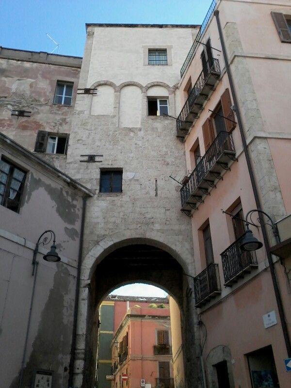 Cagliari- Latorre dello Sperone, o degliAlbertio diSan Michele, è unatorremedievale diCagliari, unica testimonianza della cinta muraria, eretta dai pisani nelXIII secolo, a difesa diStampace. L'edificio, attraversato alla base da unportico, sorge tra la via Portoscalas e la via Ospedale, adiacente all'ospedale militare e allachiesa di San Michele.