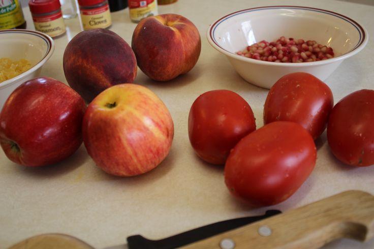 algunos de los ingredientes de los chiles enogada: duraznos, granada y dulce de viznaga el tomate lo OMITIREMOS en esta receta.