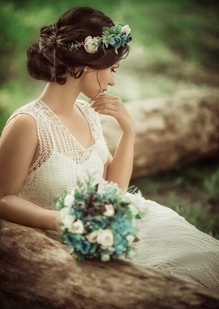 Coiffure De Mariage Tendance Ornements Fleurs Et Bijoux Avec Images Coiffure De Mariage Romantique