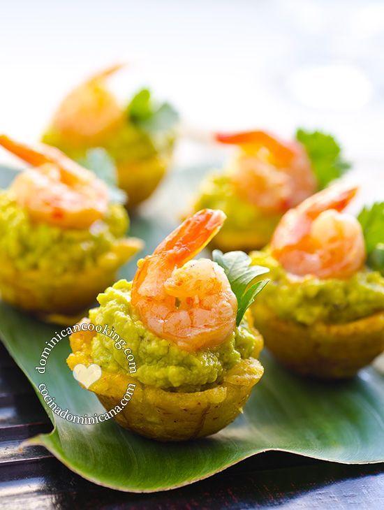 Receta Mofonguitos de Aguacate y Camarones: Canastitas de plátano rellenas de aguacate y camarón al ajillo, son una picadera espectacular y fácil de hacer.