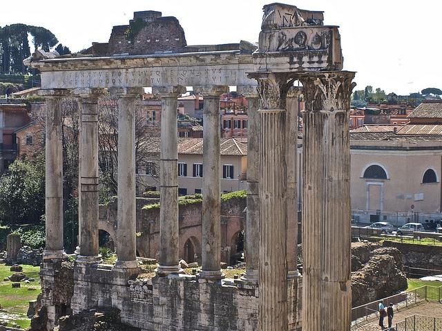 Templo de Concordia - Situado nunha esquina do Foro, preto do templo de Vespasiano e Tito, hoxe só conservamos a base. Fundado no 367 a.C. para celebrar a fin das loitas entre patricios e plebeios foi engalanado máis tarde polo emperador Tiberio (s. I d.C.) cos espolios das súas victorias contra os xermanos (estatuas, mármores e obxectos preciosos), convertíndose así nunha especie de museo de arte. Á dereita está o Clivus Capitolinus, costa que leva ó Capitolio.