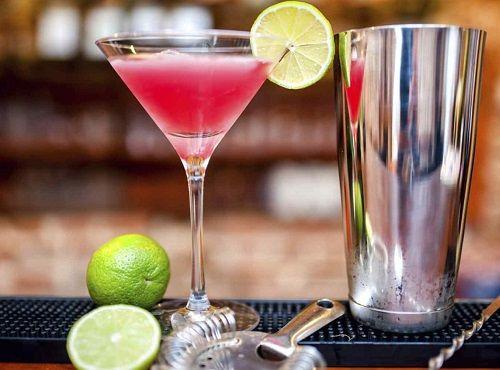Ρίχνετε τη βότκα, το Disaronno και το χυμό cranberry σε ένα ποτήρι. Προσθέτετε…