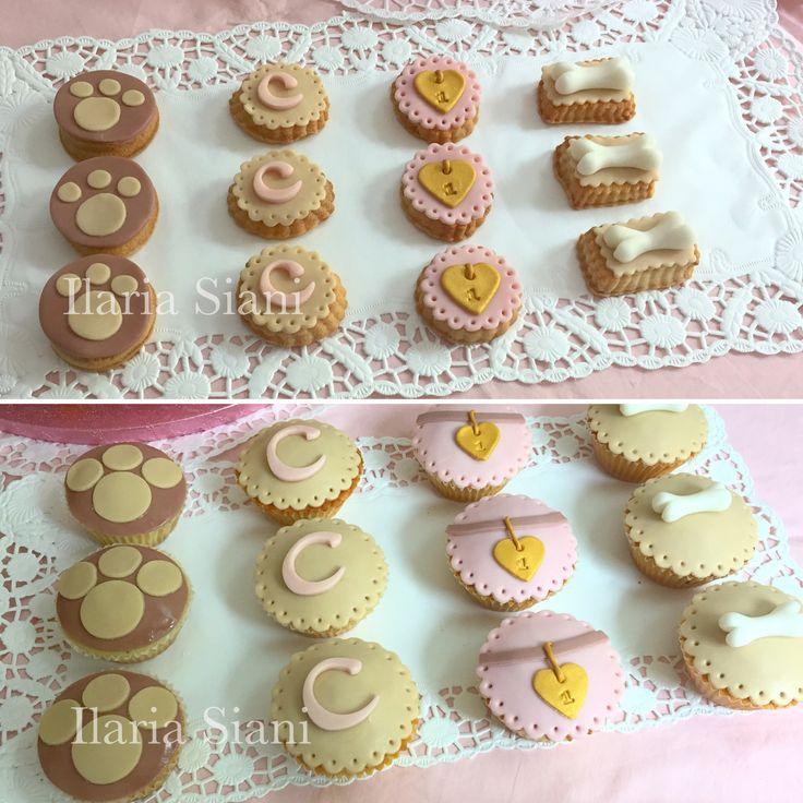 """Biscotti e cupcakes a tema amici a 4 zampe ☺️🐶🎀 #instafood #ilas #ilassweetness #biscotti #cupcakes #cakedesign #cagnolini #itsagirl #battesimo #baptism #babyshower #pastadizucchero #sugarpaste  Per info e richieste contattami qui  www.facebook.com/ilascake  e se ti va metti """"mi piace"""" alla mia pagina 👍🏻"""