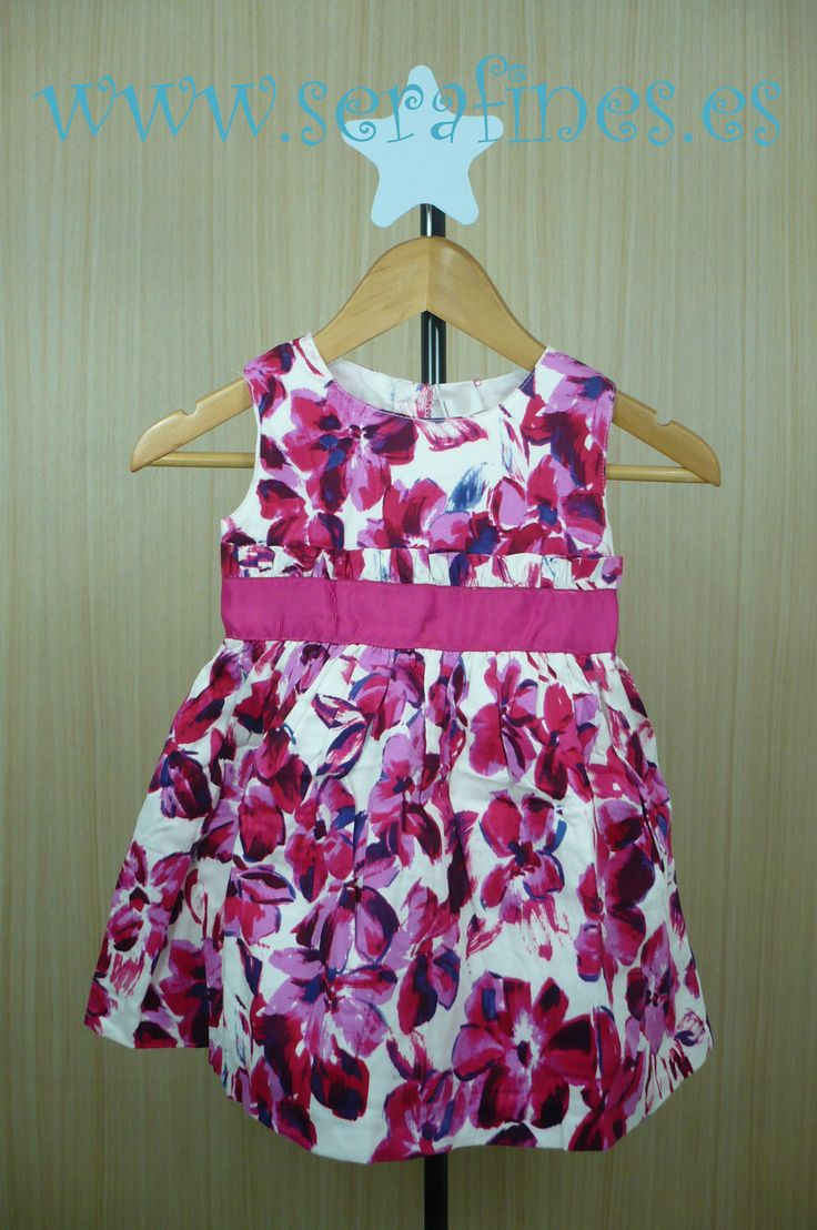 Vestido de manga corta de popelín con flores fucsia. 100% Algodón