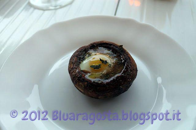 Champignon con uova di quaglia. Le cappelle dei funghi diventano dei gustosi contenitori per delle uova di quaglia barzotte.