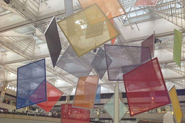 """Cécile Bart - """"Mobile"""", 2013. 22 peintures/écrans, peinture glycérophtalique sur Tergal """"Plein jour"""", châssis aluminium, câbles."""