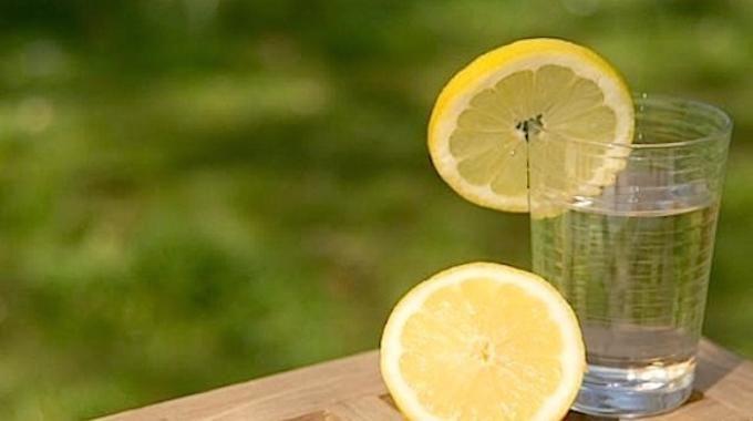 Le citron contient beaucoup de nutrimentsindispensables à votre santé. Cela inclut la vitamine C, le complexe de vitamine B, du calcium, du fer, du magnésium, du potassium, et des fibres. Mais à ca