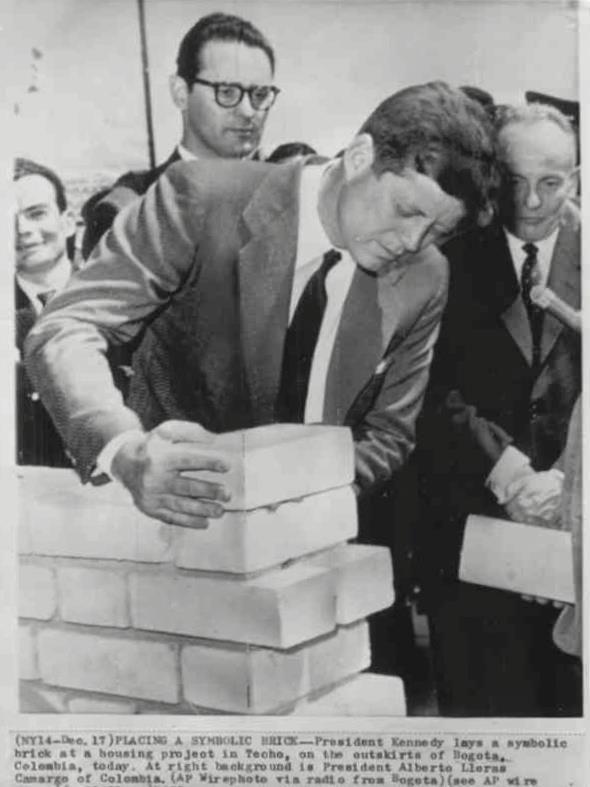 Kennedy pone un ladrillo en Ciudad Techo -Dic. 17 de 1961 pic.twitter.com/zoeXOWbSOn @bogotaantigua
