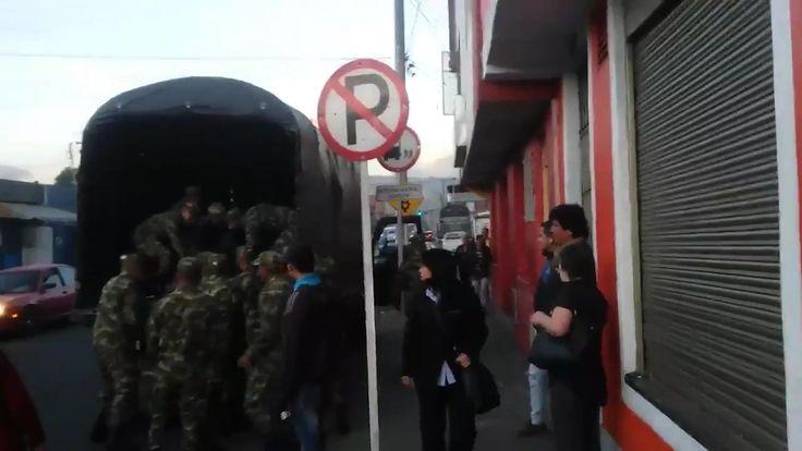 En un video quedó registrado el inadecuado manejo que algunos militares le dan al proceso de reclutamiento de jóvenes en la capital.