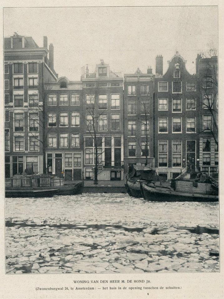 1912 Zwanenburgwal is een gracht in het centrum van Amsterdam en ligt tussen de Sint Antoniesluis (tussen Sint Antoniesbreestraat en Jodenbreestraat) en de Amstel.Met de komst van grote aantallen Joden uit heel Europa eind 16e en begin 17e eeuw kwam de Zwanenburgwal middenin de nieuwe Joodse buurt van Amsterdam te liggen. Aan de Zwanenburgwal stond tot 1936 een synagoge.De Zwanenburgwal werd in 2006 door lezers van Het Parool verkozen tot een van de mooiste straten van Amsterdam.