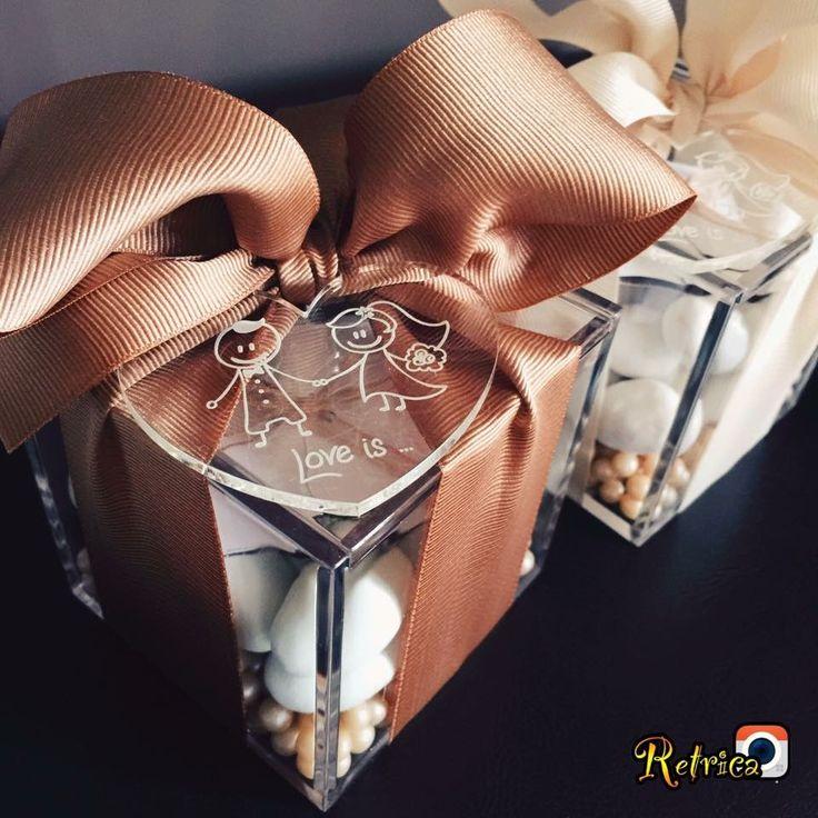 Bomboniera in plexiglas con grande cuore inciso! Tantissimi confettoni multi gusto... E un nastro splendido! Su ordinazione le realizzo per te...