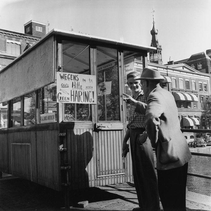 """Wegens de te grote hitte heden geen haring! Ook bordje met tekst: """"De gezonde apotheek"""", Amsterdam, 25 augustus 1955 Foto Ben van Meerendonk / AHF, collectie IISG, Amsterdam"""