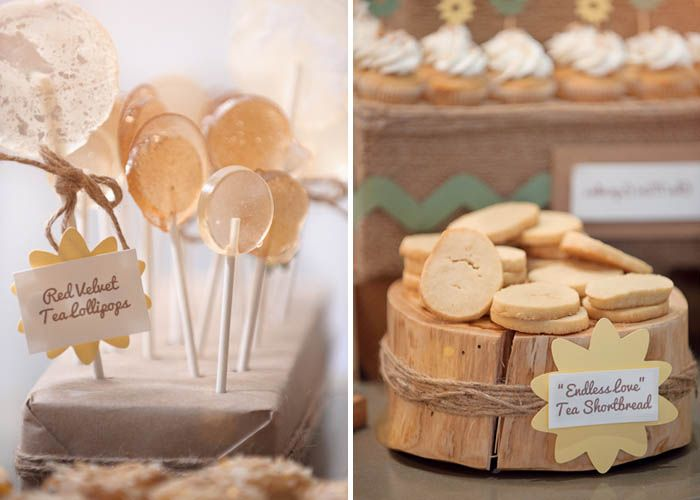 una mesa de dulces en tonos neutros ideal para una boda a sweet table party