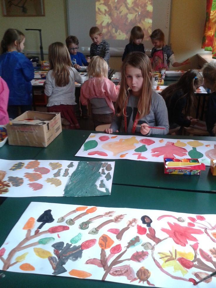Prace nad dekoracjami jesiennymi.